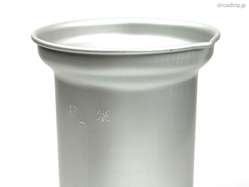 アルミカップに水を注ぐ