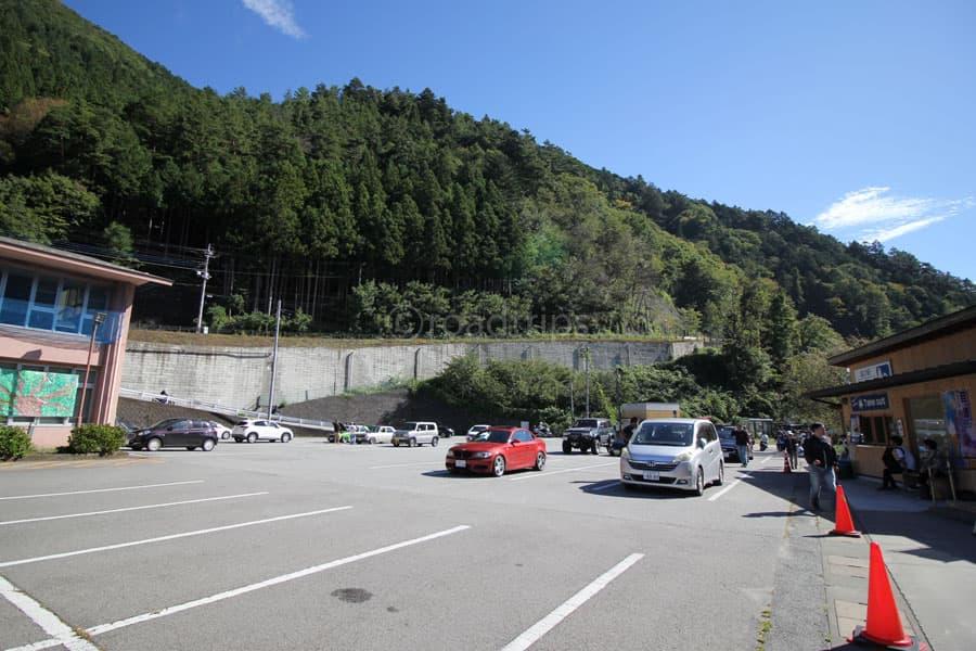 軽食堂前の駐車場