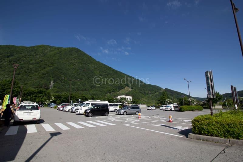 写真手前・国道側から駐車場を望む
