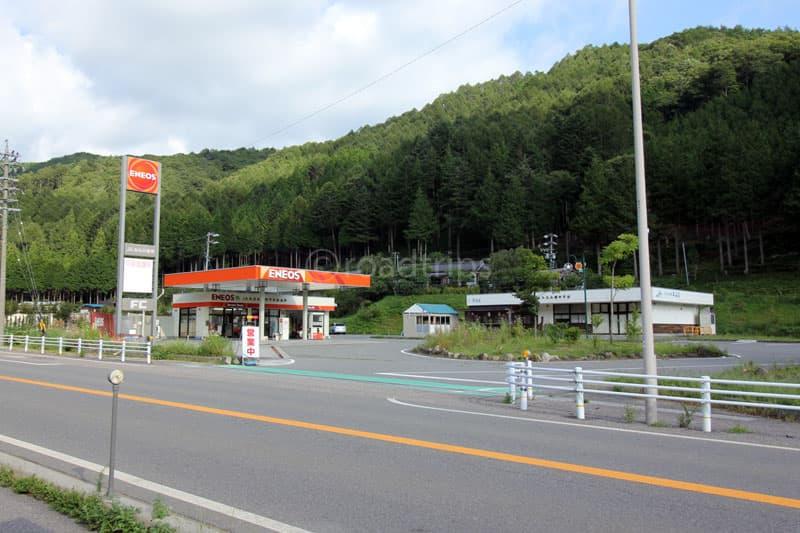 道路向かいのガソリンスタンド