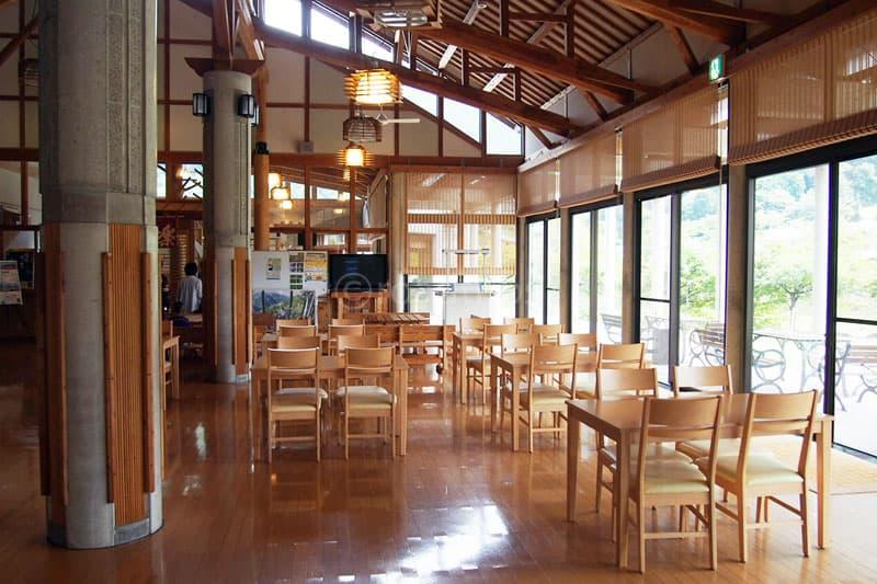 食堂手前の休憩所