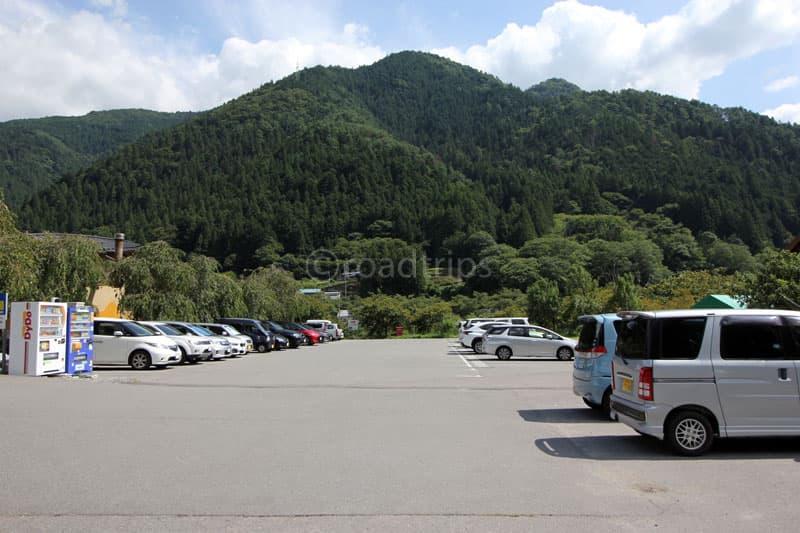 かぐら山荘前の駐車場。トイレの位置からもここがベストかな。