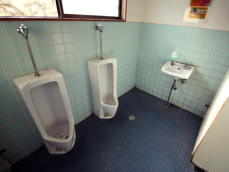 トイレ(男女兼用)。右手の和式便所あり。