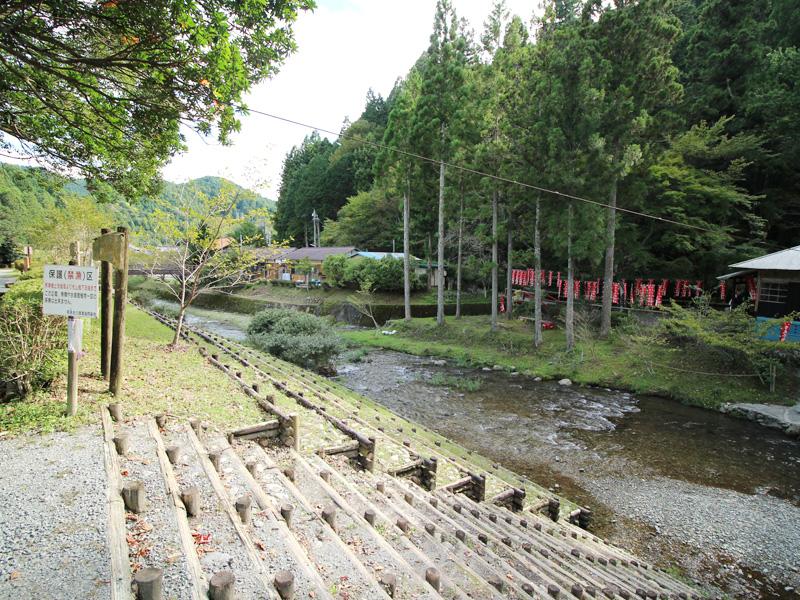 道の駅に沿って流れる阿多古川