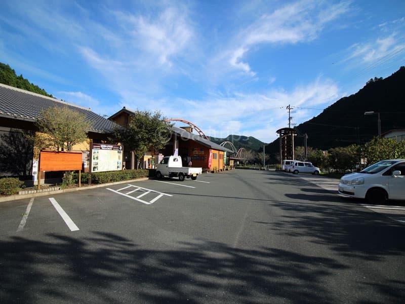 売店横の駐車場