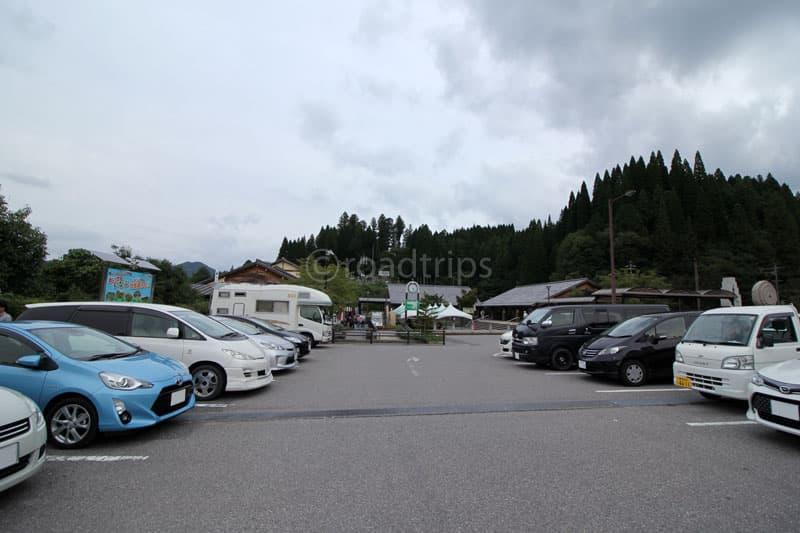 道の駅駐車場から売店側を望む。このエリアが車中泊車が多い。