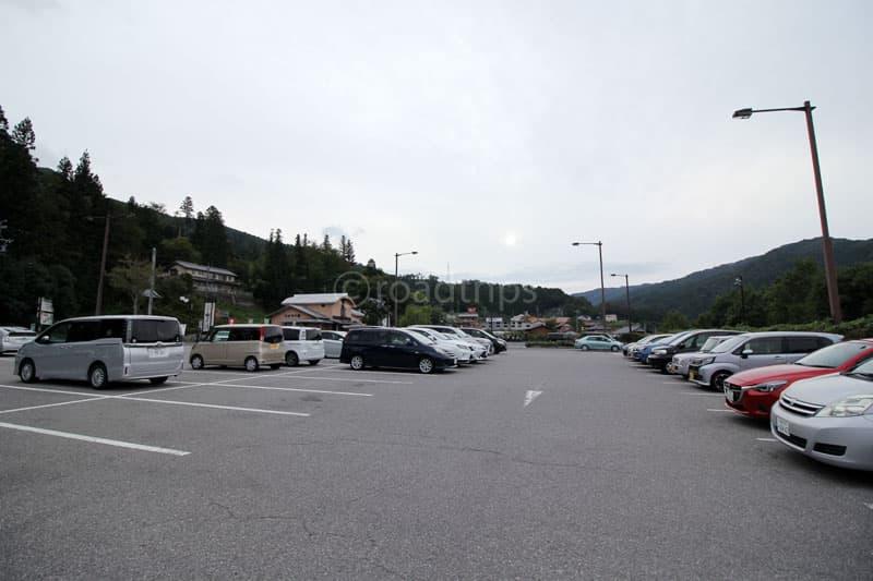 道の駅駐車場から西側を望む。左手が153号線。