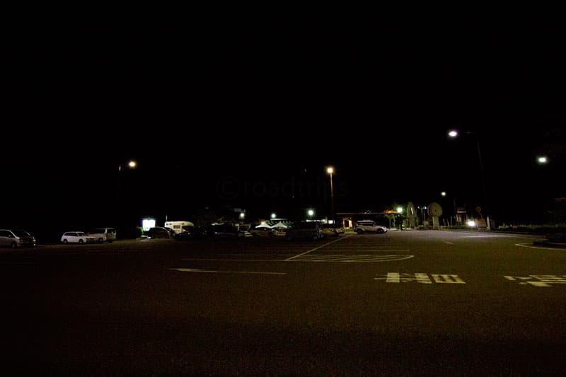 夜間の駐車場