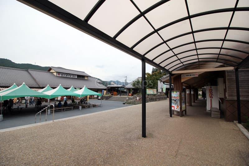 売店前のイベント広場