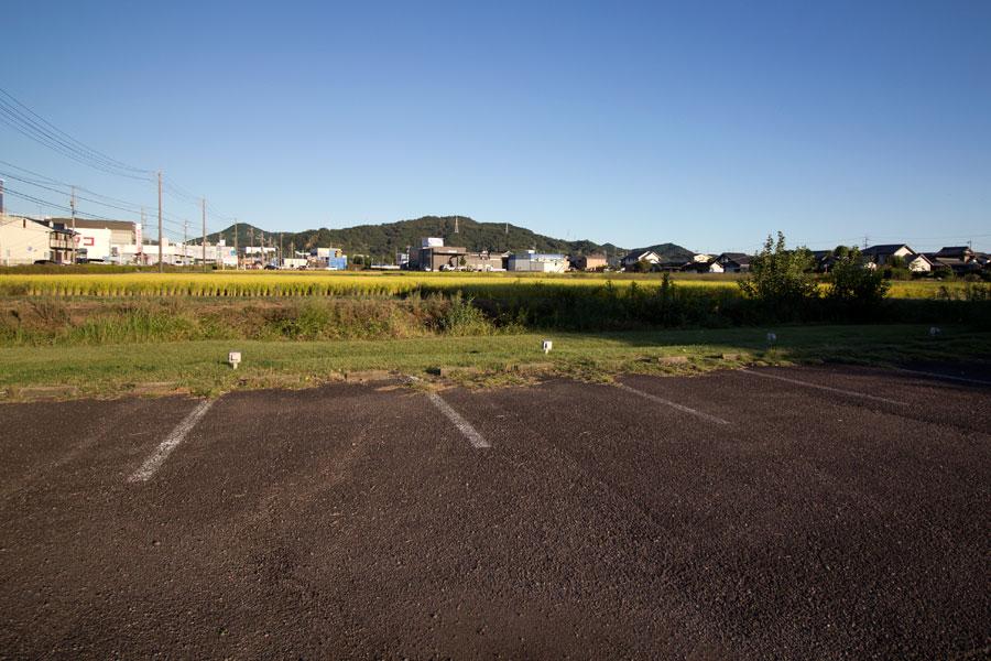 奥には田畑がひろがるのどかな風景