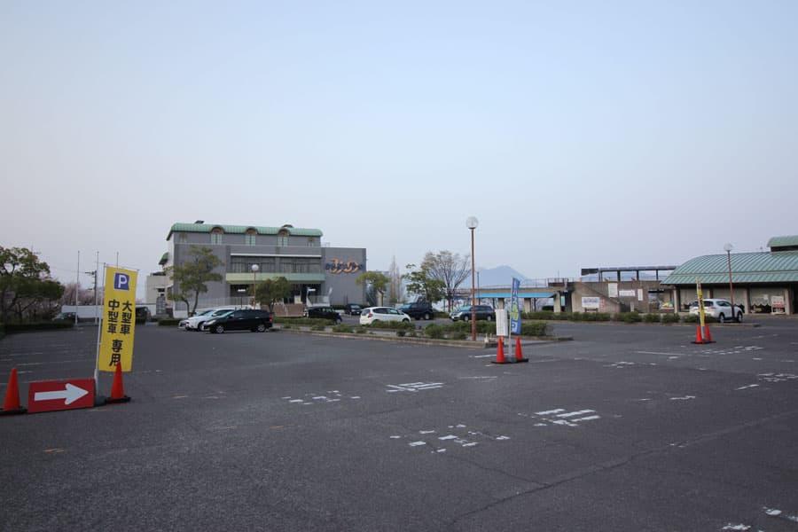 温泉建物前駐車場(傾斜が少ない)