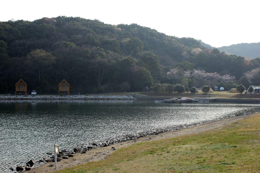 大池/左奥がバンガロー
